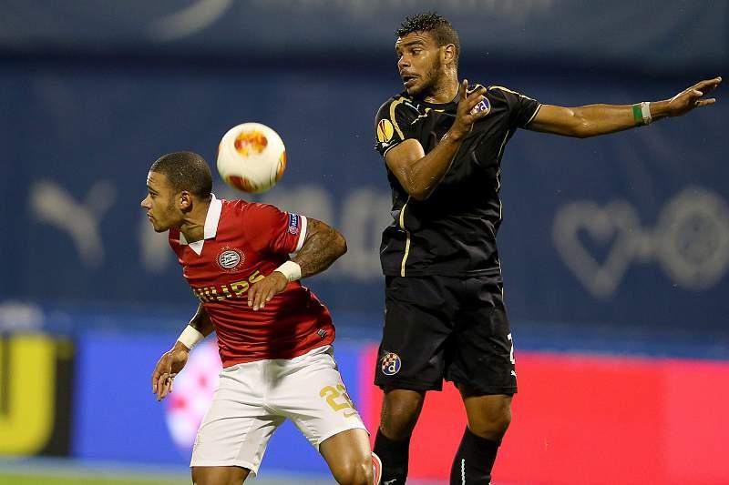 Memphis Depay (E) disputa a bola com Ruben Lima (D)