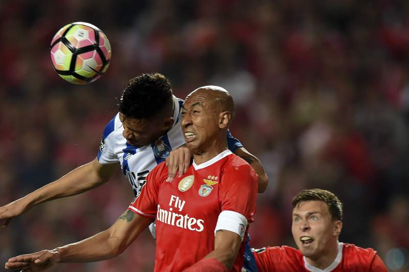 Luisão disputa um lance com Soares durante o 'clássico' entre Benfica e FC Porto no Estádio da Luz.