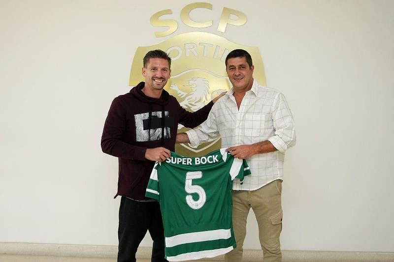 Adrien Silva entrega uma camisola simbólica a Fernando Mendes
