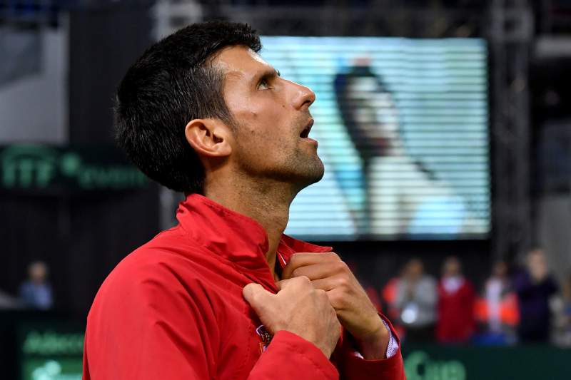 Novak Djokovic reage depois de um jogo na Taça Davis