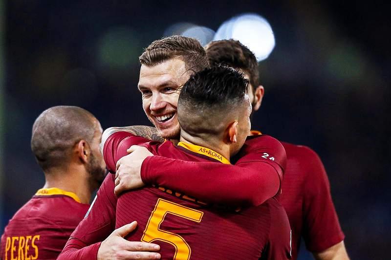 Edin Dzeko cumprimenta Leandro Paredes após marcar um golo pela AS Roma ao Torino