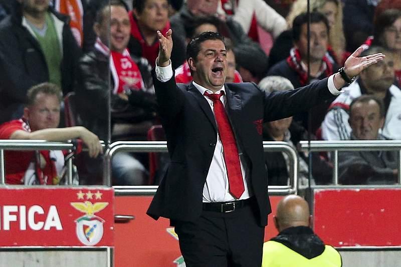 Rui Vitória reage durante um jogo do Benfica no Estádio da Luz