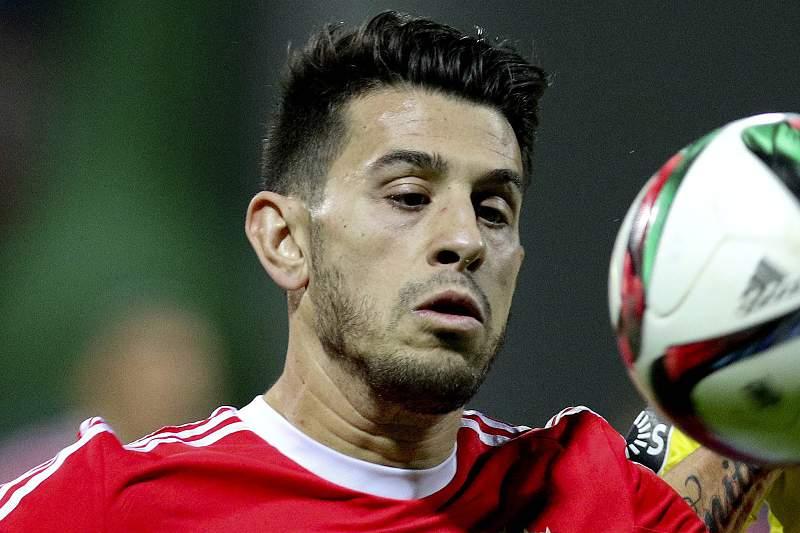 Pizzi disputa uma bola com Joãozinho no jogo entre Benfica e União da Madeira