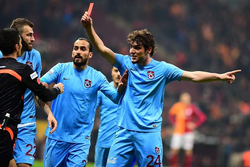 O jogador Salih Dursun 'expulsa' o árbitro Denis Ates Bitnel durante o jogo entre Galatasaray e Trabzonspor