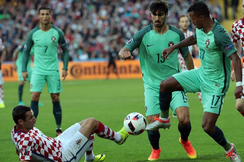 Nani e André Gomes em ação por Portugal no jogo contra a Croácia