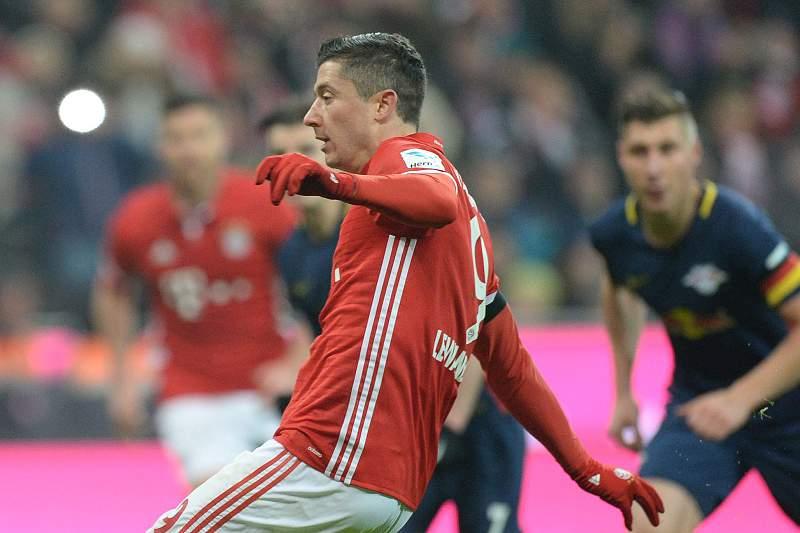 Bayern vence Leipzig (3-0) e isola-se no comando
