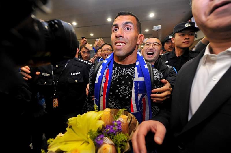 Carlos Tevez recebido por centenas de pessoas em Xangai