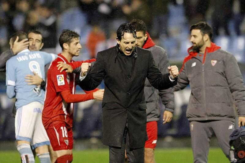 Unai Emery festeja apuramento do Sevilha com os seus jogadores