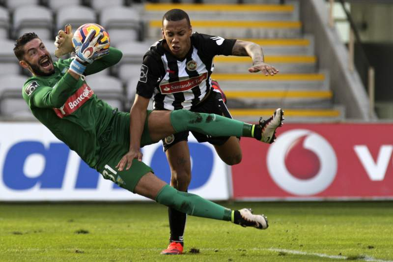 O jogador do Nacional Cádiz (D) disputa a bola