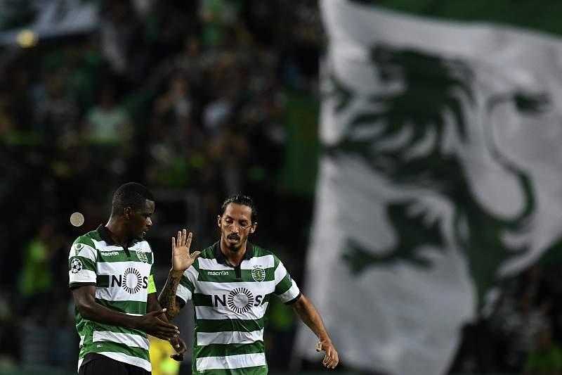 William Carvalho festeja um golo do Sporting diante do Borussia Dortmund com Ezequiel Schelotto.