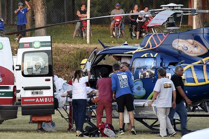 Um espectador é transportado de helicóptero após o despite da piloto chinesa Guo Meiling