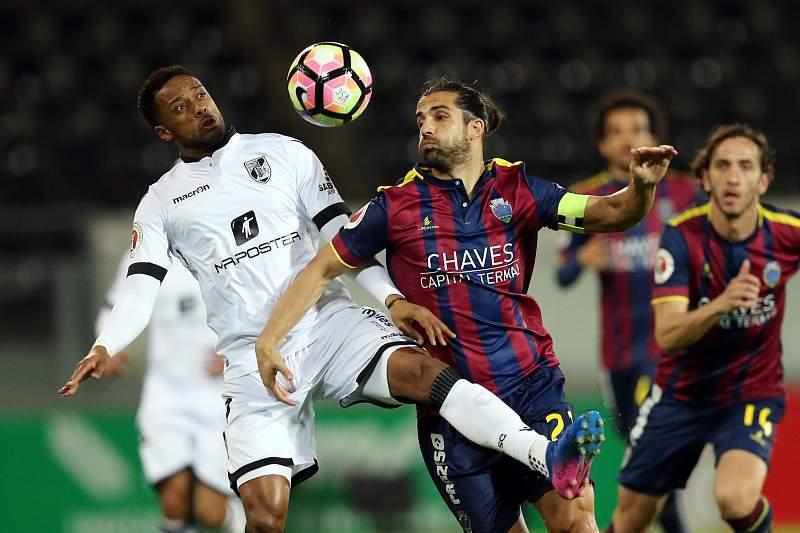 Hernâni disputa uma bola com Rafa no jogo entre Vitória SC e Desportivo de Chaves