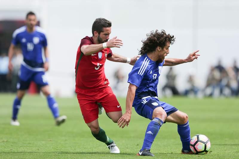 João Moutinho contra jogador do Chipre