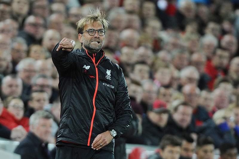 Jurgen Klopp dá indicações durante o jogo em Anfield Road entre Liverpool e Manchester United