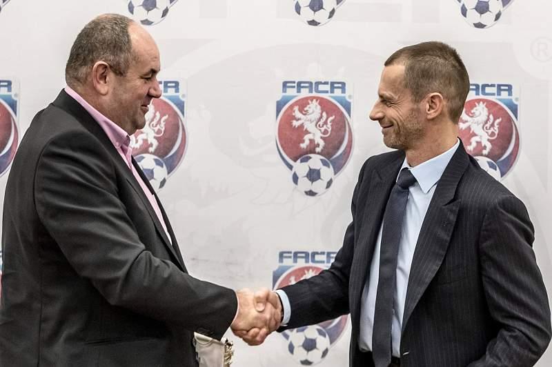 Miroslav Pelta cumprimenta o presidente da UEFA Aleksander Ceferin