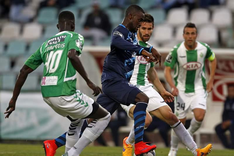 Jackson Martínez leva a bola comandada por entre um batalhão de jogadores do Vitória de Setúbal