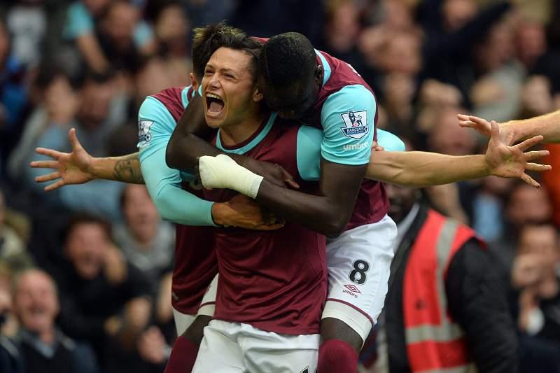 Mauro Zarate celebra o primeiro golo do West Ham na vitória sobre o Chelsea por 2-1 na 10ª jornada da liga inglesa.