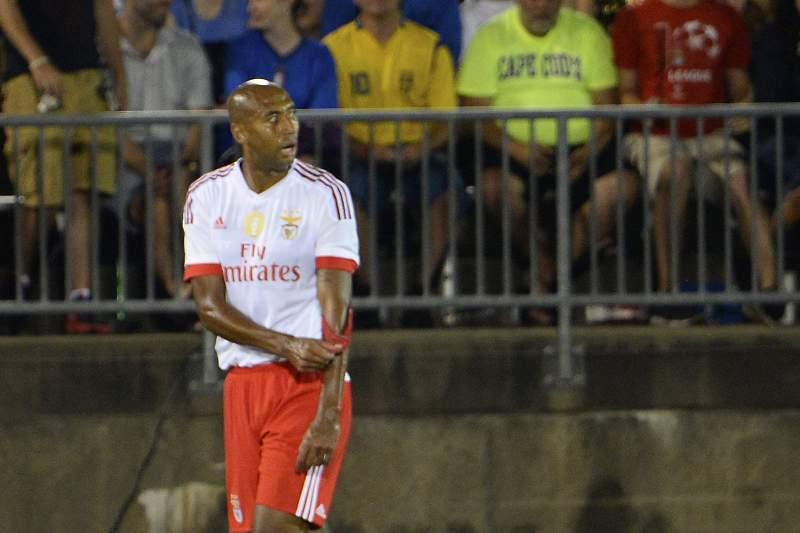 Luisão expulso durante o jogo com a Fiorentina