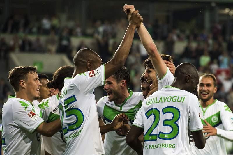 Jogadores do Wolfsburgo celebram a vitória sobre o Schalke 04