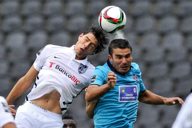 O jogador do Vitória de Guimarães, João Afonso (E), disputa a bola com o jogador do Belenenses, João Afonso (D)