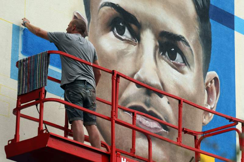 Artista inglês fez mural de homenagem a Ronaldo no Funchal