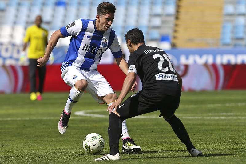 Herrera tenta passar por Nuno Piloto no jogo da 31ª jornada entre FC Porto e Académica de Coimbra