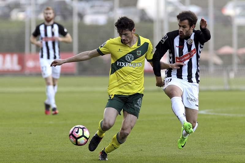 Tiago Rodrigues disputa uma bola com Vasco durante o jogo entre Nacional da Madeira e Paços de Ferreira