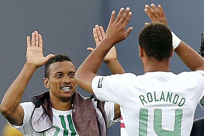 Rolando e Nani num jogo da seleção portuguesa