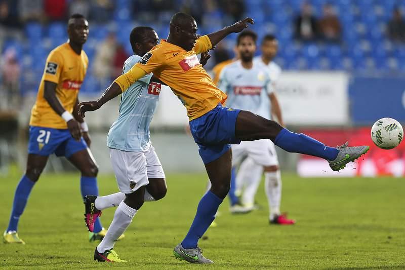 Oumar Diakhite disputa uma bola com Gege