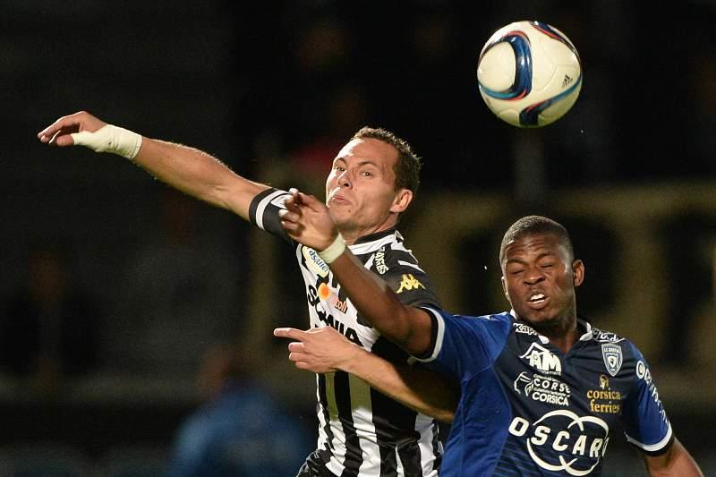Vincent Manceau disputa um lance com Floyd Ayite durante o jogo entre Angers e Bastia