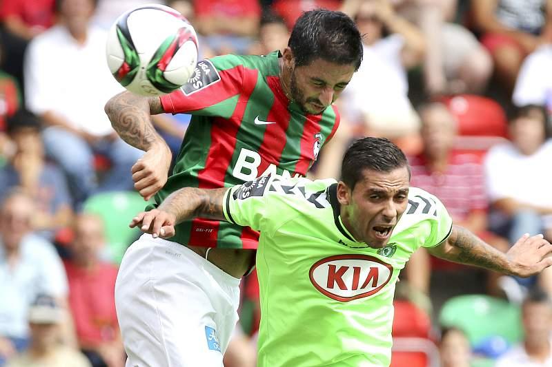 João Diogo do Marítimo disputa a bola com Nuno Pinto do Vitória de Setúbal