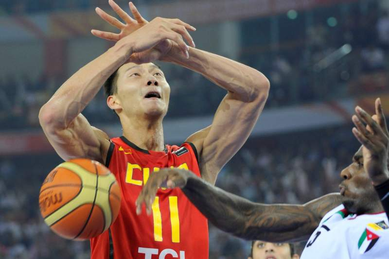 Yi Jianlian of China (L) is challenged by Rasheim Ali Wright of Jordan (R) during their gold medal match at the 26th Asian Basketball Championships in Wuhan in China's central Hubei province on September 25, 2011. China defeated Jordan 70-69 to win the tournament. AFP PHOTO / LIU JIN