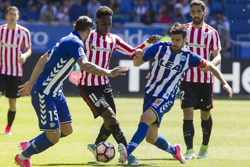 Manu Garcia e Theo Hernandez disputam uma bola com Inaki Williams
