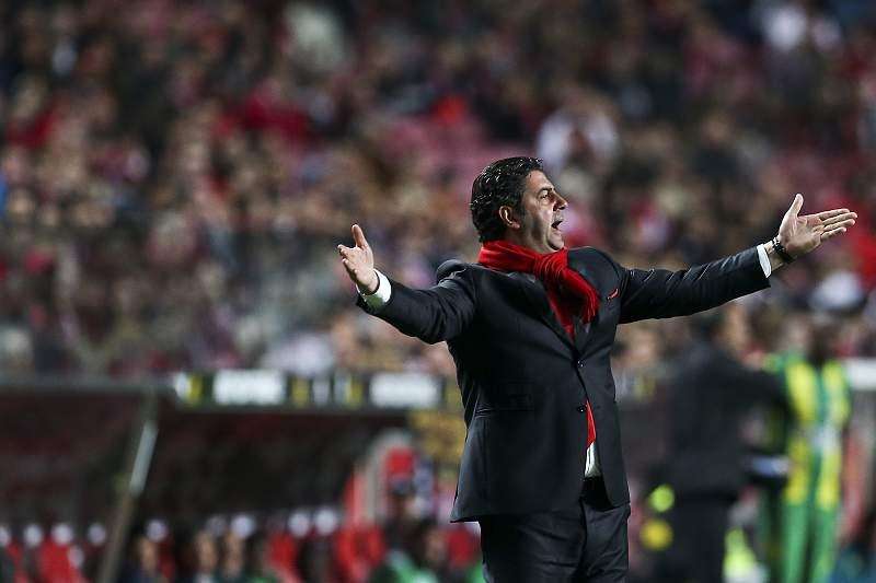 Rui Vitória protesta com uma decisão do árbitro durante o jogo entre Benfica e Tondela
