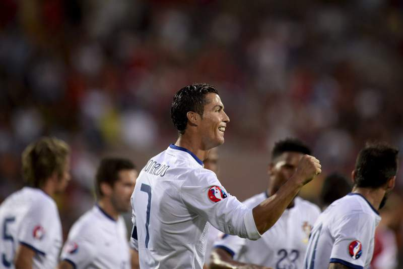 Ronaldo festeja com os colegas um golo de Portugal