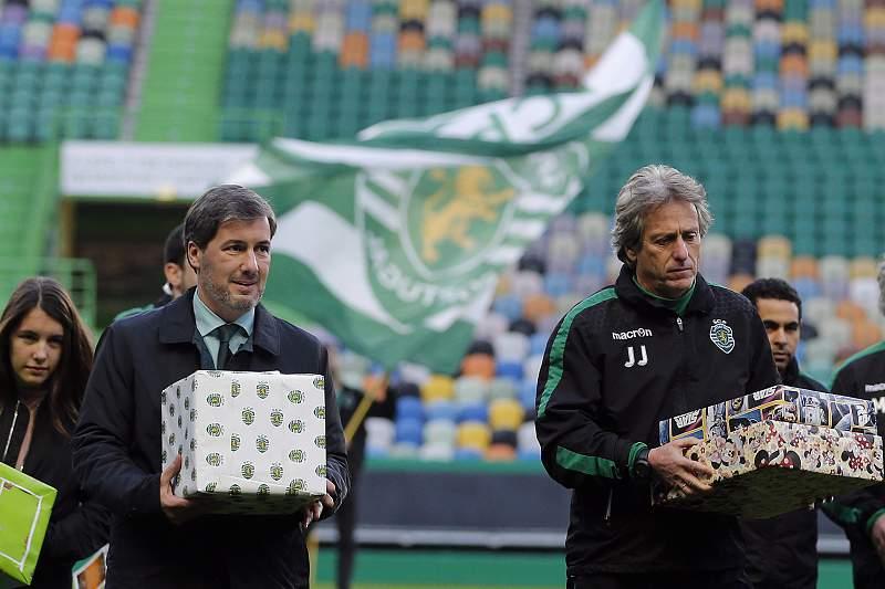 Jesus e Bruno de Carvalho com presentes