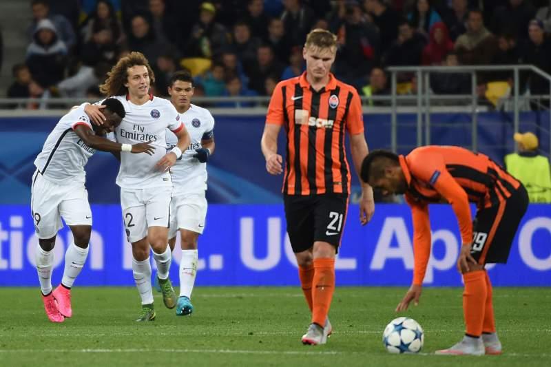 Serge Aurier celebra um golo com David Luiz diante do Shakhtar Donetsk