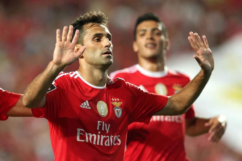 Jonas celebra o golo frente ao Moreirense com um pedido de desculpas aos adeptos pelas oportunidades anteriores falhadas.