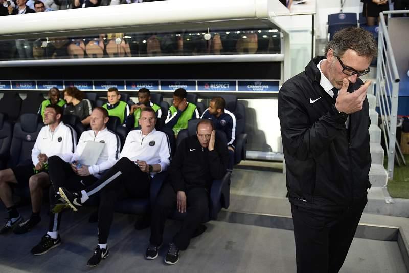 Laurent Blanc reage no banco do PSG a um golo do Barcelona