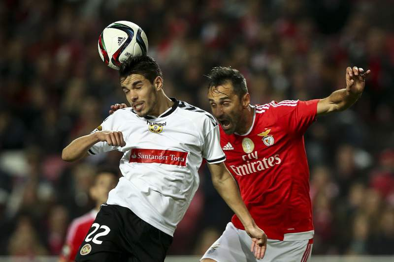 Jonas disputa uma bola com Campos durante o jogo entre Benfica e Nacional da Madeira