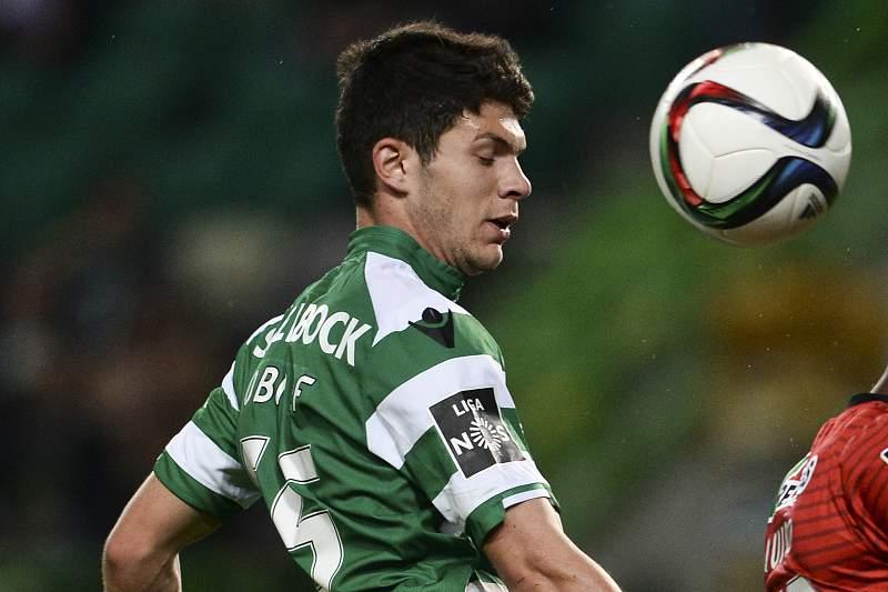 Héctor Quiñones em disputa de bola com Tobias Figueiredo
