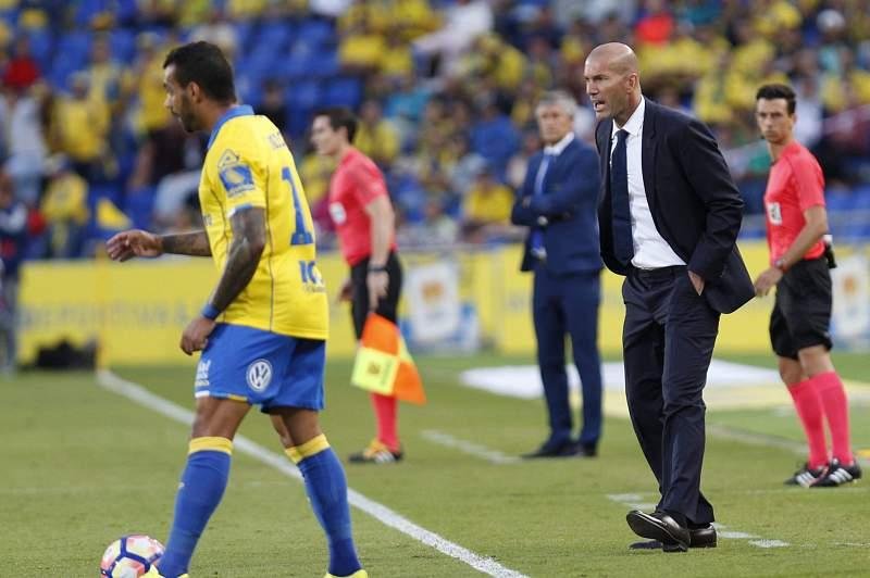 Zidane dá indicações durante o jogo entre Las Palmas e Real Madrid.