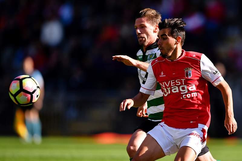 Adrien Silva disputa uma bola com Ricardo Horta