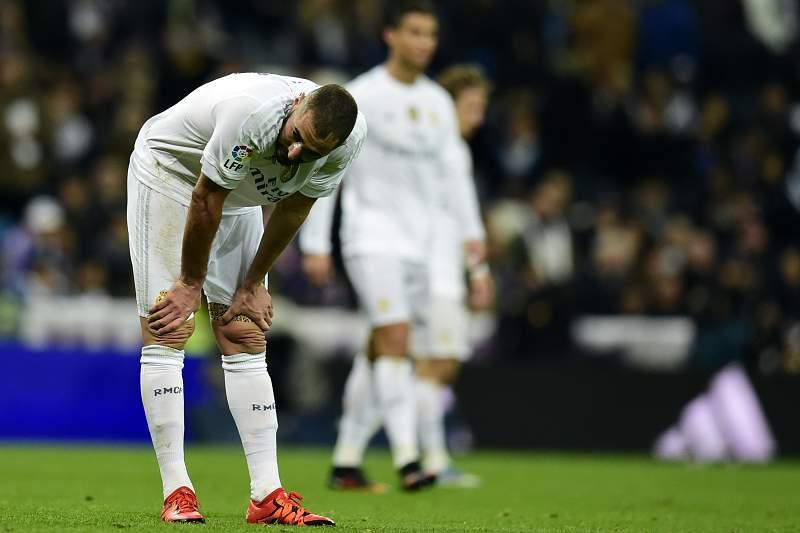 Karim Benzema reage durante o jogo entre Real Madrid e Barcelona