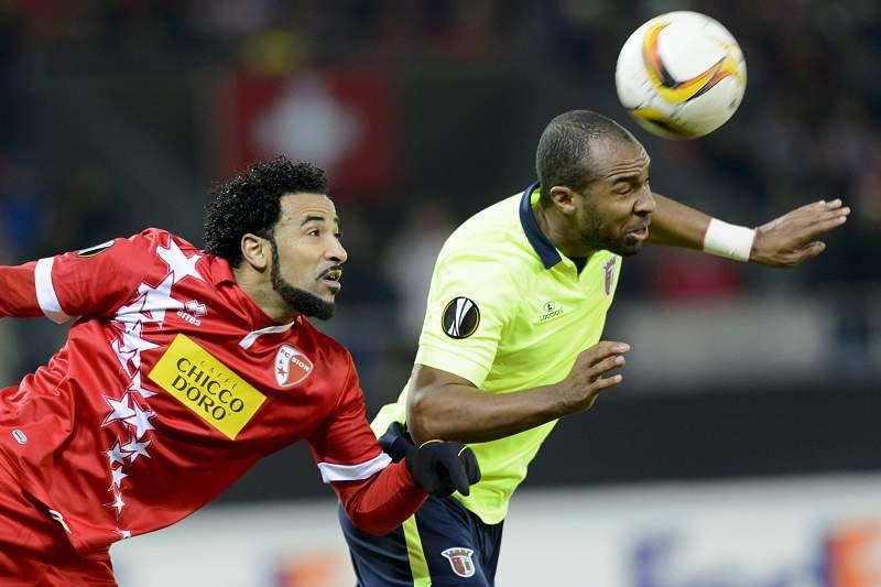Wilson Eduardo (D), do SC Braga, disputa a bola com Carlitos, do Sion