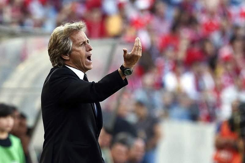Jorge Jesus dá indicações durante a final da Taça da Liga
