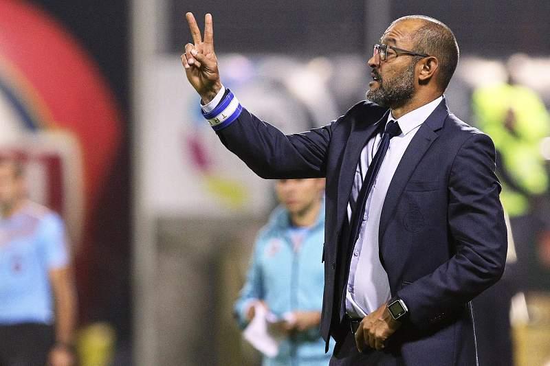 Nuno Espírito Santo dá indicações aos jogadores do FC Porto no jogo contra o Nacional da Madeira