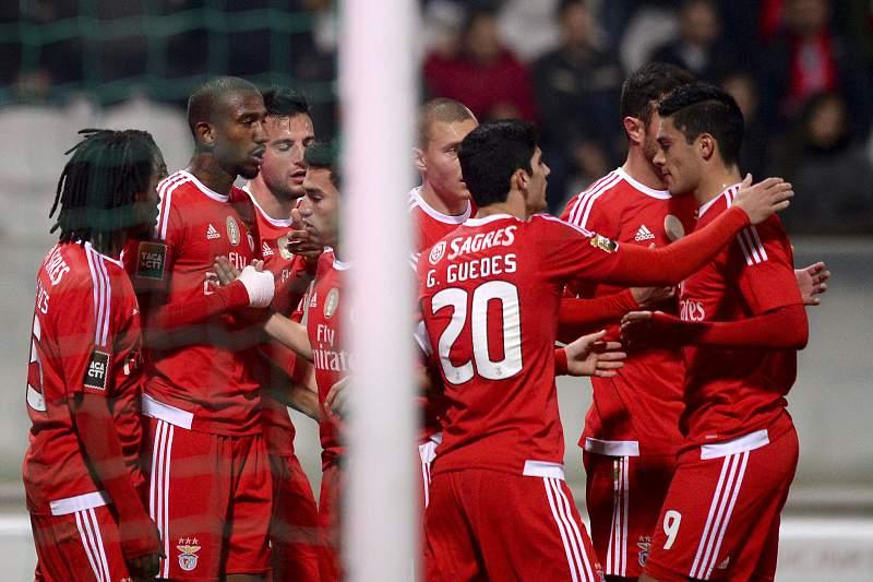 Jogadores do Benfica celebram o golo em Moreira de Cónegos