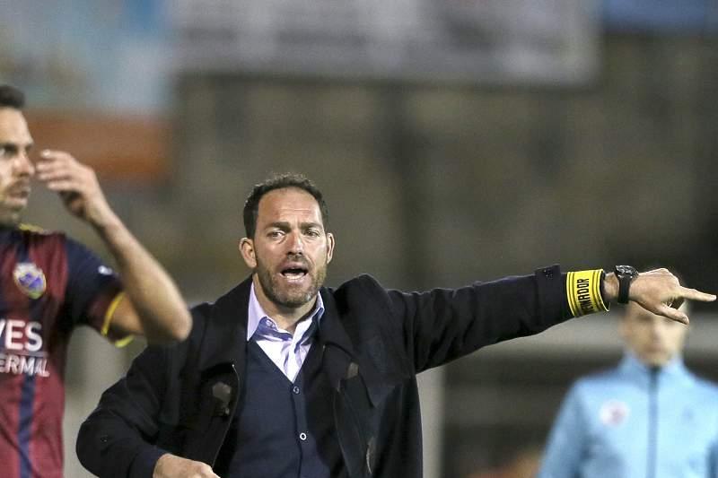 Ricardo Soares dá indicações durante um jogo do Desportivo de Chaves