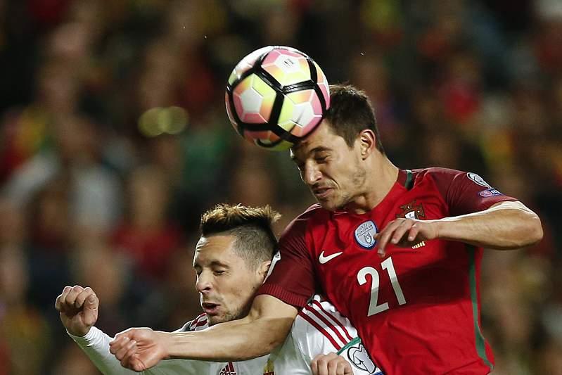 Cédric Soares disputa uma bola com Adam Gyurcso durante o jogo entre Portugal e Hungria